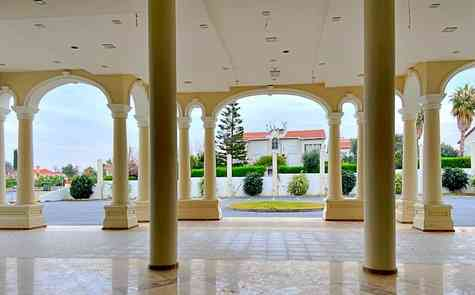 Продажа гостиницы и казино в Кирении